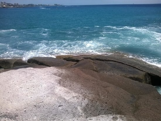 Gran Tacande Wellness & Relax Costa Adeje : Утес у пляжа. При волнении к воде не ПОДХОДИТЬ!