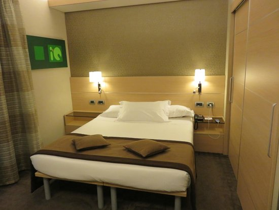 iQ Hotel Roma: Bed in the room