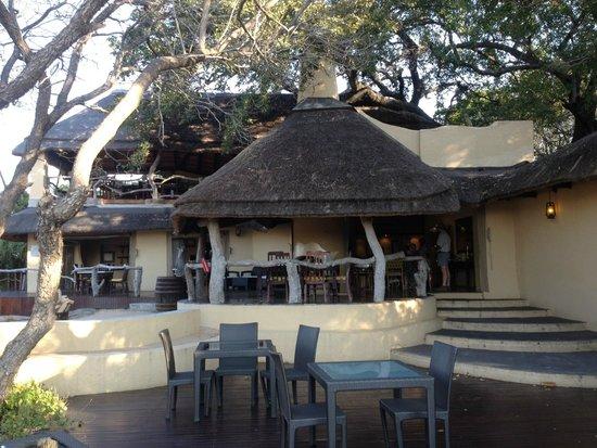 Jock Safari Lodge: Eating area with the bar upstairs