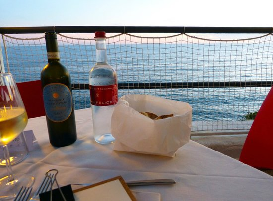 Hotel Restaurant Belsoggiorno: Wine and spectacular view
