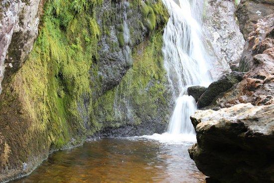 Powerscourt Waterfall: Parte bassa della cascata dietro le grandi rocce.