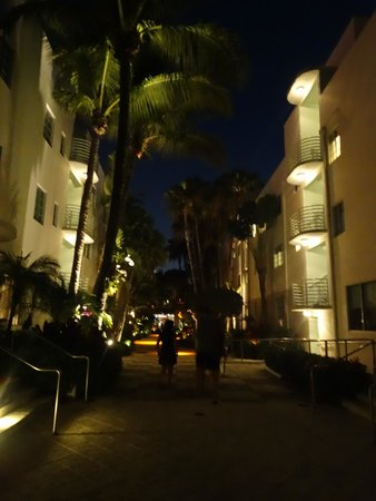Kimpton Surfcomber Hotel: The hotel by night...