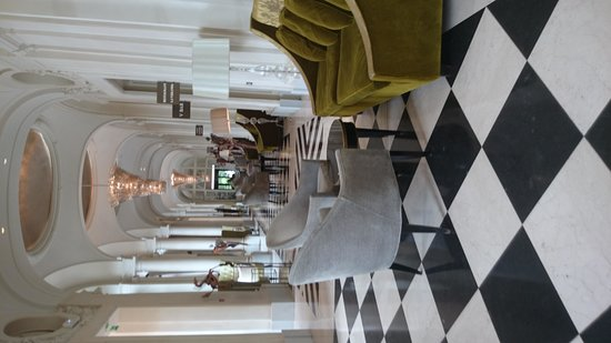 Trianon Palace Versailles, A Waldorf Astoria Hotel: Hallway from entrance to bar/restaurant/spa