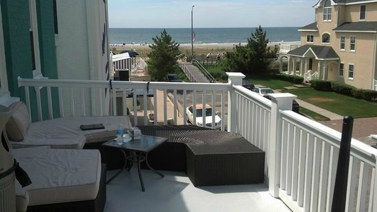 rock in small garden in front.  picture of surrey beach house, surrey beach house ventnor new jersey, surrey beach house ventnor nj, surrey beach house ventnor nj reviews