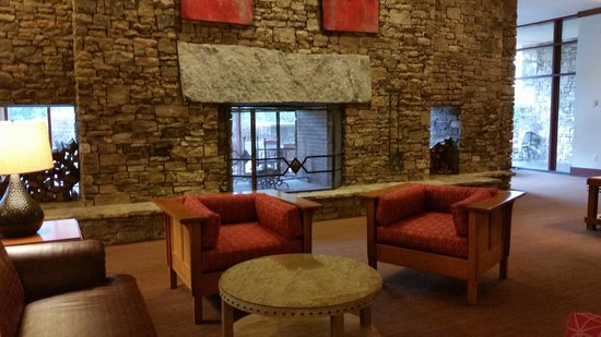 Emory Conference Center Hotel: Lobby fireplace