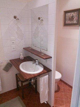 Le Clos Mimaut: Salle de bain avec douche et toilettes