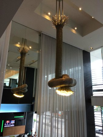 Hotel Le Germain Toronto: Lobby lighting