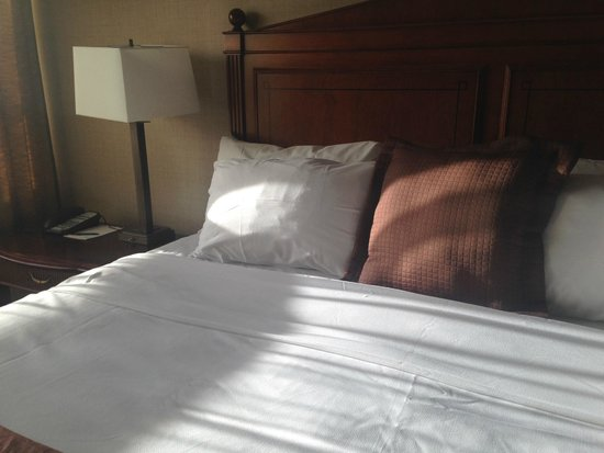 The Lord Nelson Hotel & Suites: Queen size bed