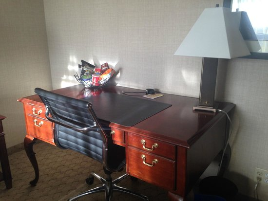 The Lord Nelson Hotel & Suites: Desk in of the rooms