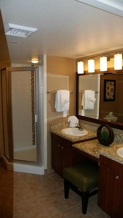 Grandview at Las Vegas: Walk-in shower (jacuzzi tub is just outside the bathroom between the bedroom entrance)