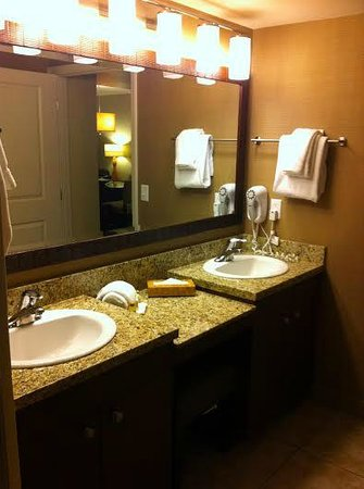 The Grandview at Las Vegas : Large Seated Vanity w/Double Sinks