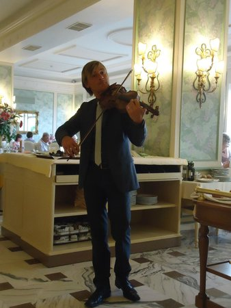 Grand Hotel De La Ville Sorrento : Serenaded into the dining room and through dinner on Gala night!