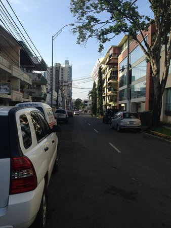 Hotel Wyndham Garden Panama City: View of the street in front of the hotel
