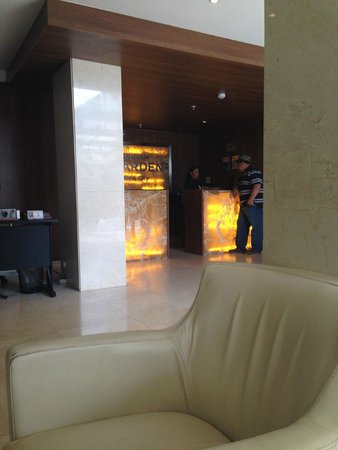 Hotel Wyndham Garden Panama City: Lobby area looking at reception desk