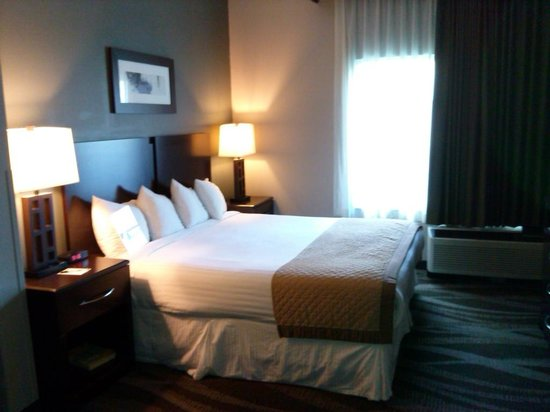 Wingate by Wyndham Raleigh Durham / Airport : walking into the room