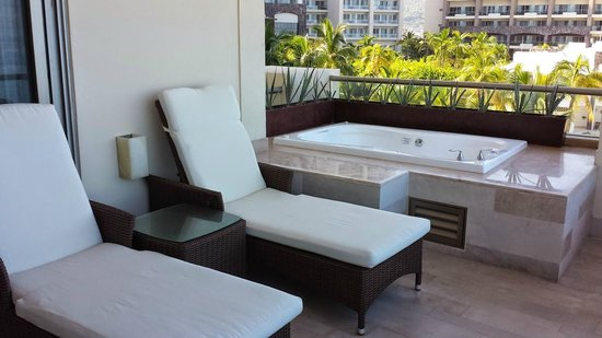 Secrets Vallarta Bay Resort & Spa: jacuzzin on balcony