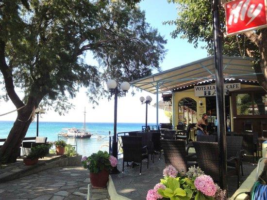Votsalakia Hotel: Restaurant mit Ausflugsschiff