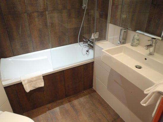 Hotel Gabriel : バスルーム(左手前にトイレ)