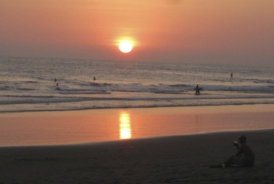 Surf Inn Hermosa: Spectacular Sunsets over black sand beaches