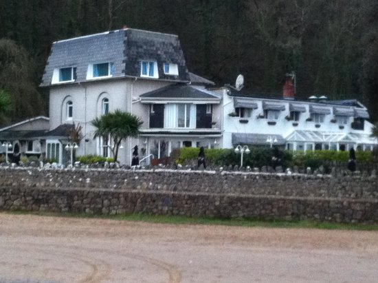 Oxwich Bay Hotel: View of hotel from the beach