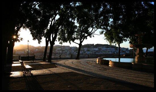 Miradouro São Pedro de Alcântara : Dawn at the Miradouro de Sao Pedro de Alcantara, Lisbon.