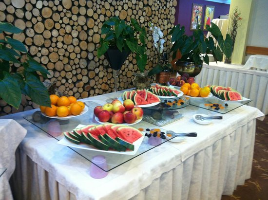 Hotel Spik Alpine Wellness Resort: A selection of fruits for dinner