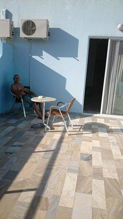 Vlycha Beach Studios Apartments: angolo fumatori XD