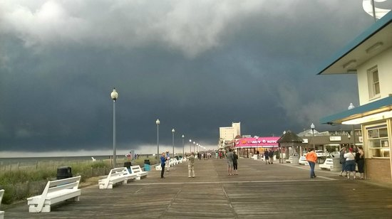 Admiral Hotel: Boardwalk outside hotel as storm approached