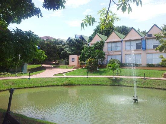 Hotel City House Los Guayacanes: Lago Artificial en medio de Habitaciones