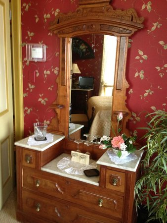 Mooring B&B: Victorian Dresser in room10
