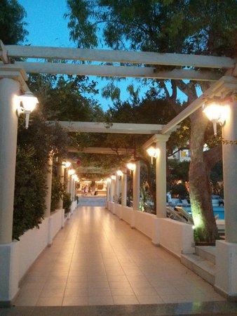 Filerimos Village Hotel: Allée qui mène à l'entrée de l'hôtel