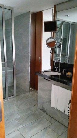 Grand Hyatt Berlin: Standard room bathroom