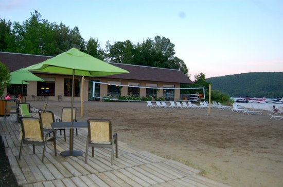 Scotty's Lakeside Resort: beach bar, portion of beach, and volleyball net that we so enjoyed!