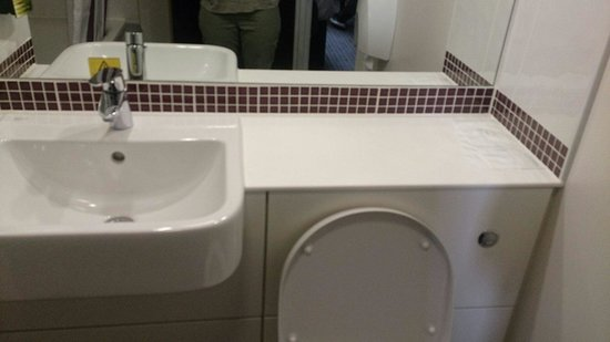 Premier Inn Wrexham Town Centre Hotel: Bathroom