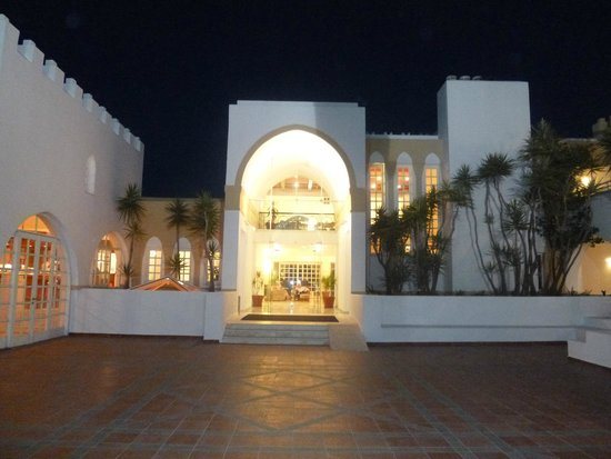 Platanista Hotel: entrance in the evening
