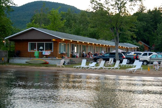 Scotty's Lakeside Resort: some of the lake front rooms from the dock