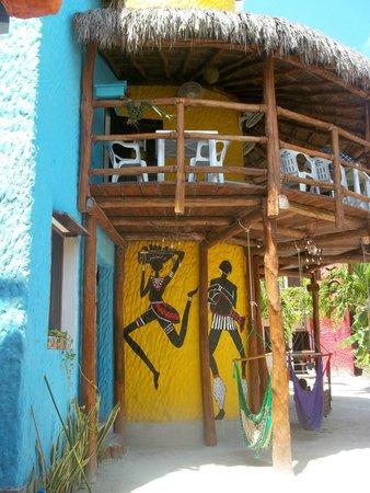 Tribu Hostel: arriba el comedor y abajo la zona recreativa y asadores