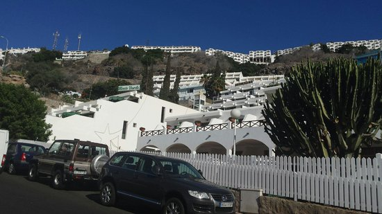 Monte Verde Apartments: Outside on hill down to centre