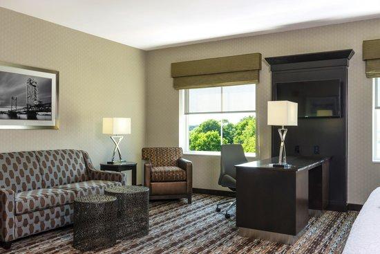 Hampton Inn & Suites Portsmouth Downtown: Guestroom