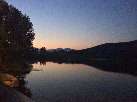 Il laghetto living: Tavolo vista lago