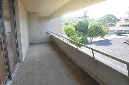 Royal Kona Resort: Rusted balcony that badly needs painting