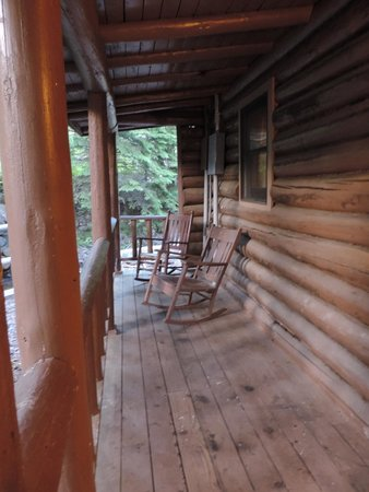 Cascade Lodge: cabin porch