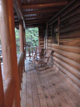 Cascade Lodge : cabin porch