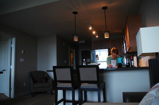 The Oswego Hotel : Kitchen with breakfast bar