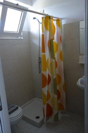 Hillside Studios and Apartments : хоть вода и попадает на пол, выдают качественную тряпку-коврик, которую еще меняют каждый день