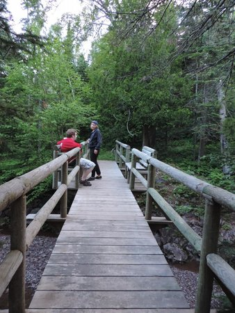 Cascade Lodge: A bridge across the river along the trails