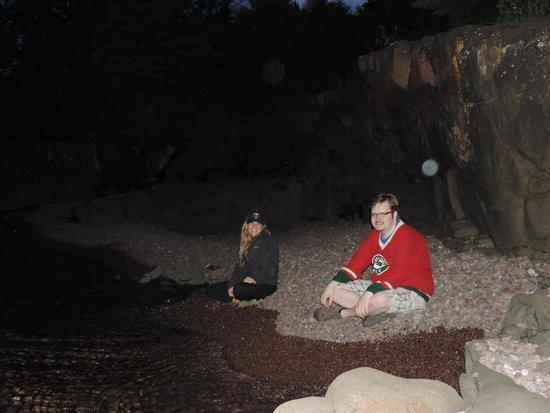 Cascade Lodge : Along the lake at night
