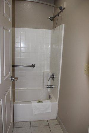 Super 8 Conroe: Bathroom
