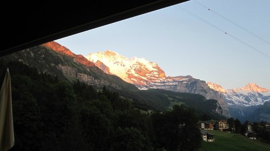 Beausite Park Hotel: bedside view of sunset on the Jungfrau