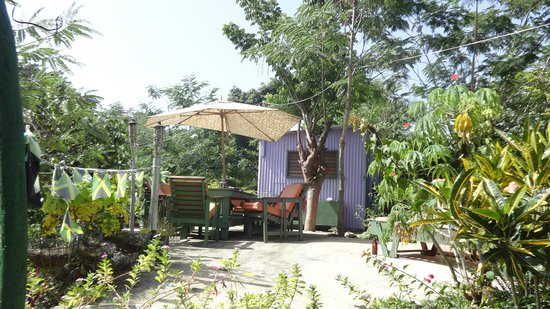 Judy House Cottages and Rooms: dinning and sun deck area